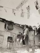 """Jacques Léonard, """"El tio Juanito davant la seva barraca"""", c.1970 Montjuïc, Vintage, 24 x 18,2 cm ©Arxiu Família Jacques Léonard"""